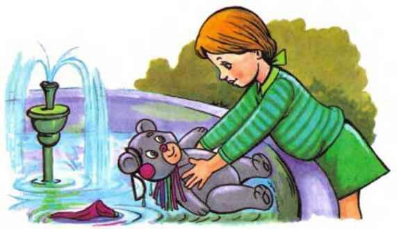 девочка купает мишку в фонтане