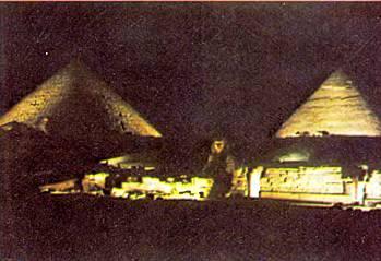 пирамиды по ночам освещаются.