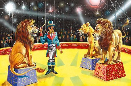 львы и дрессировщик на арене цирка