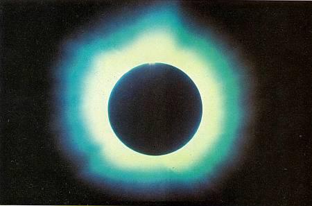 При полном солнечном затмении внешние слои Солнца становятся видимыми.