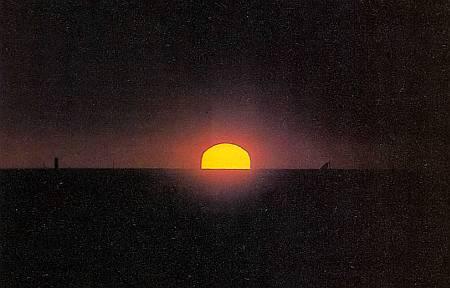 При восходе и заходе Солнце кажется нам красным или оранжевым.