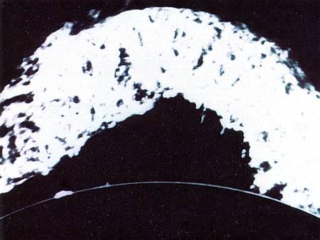 Стационарный протуберанец. Магнитные силовые линии стягивают ярко светящийся мост вещества длиной 800 000 км. По сравнению с ним наша Земля является маленьким шариком.