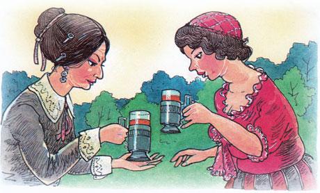 Женщины держат стаканы с чаем